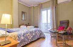 Dormitorio con ventana. Cama doble